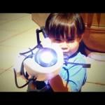 Un bambino con una Portal Gun