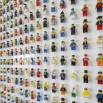 Una parete di omini LEGO