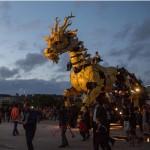 Un gigantesco drago meccanico sputafuoco