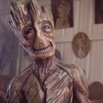 Una statua di Groot fatta con una sega elettrica