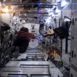 Un astronauta nello spazio canta Space Oddity di David Bowie