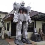 Un monumento funebre con le fattezze di Gundam