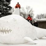 Sculture di neve giganti in giardino