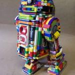 Un R2-D2 arobaleno fatto di LEGO e dalla doppia personalità