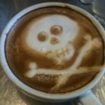 Un teschio disegnato sulla schiuma del cappuccino